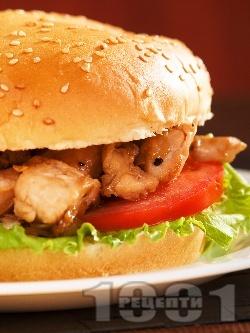 Сандвич / хамбургер с пържени пилешки бон филенца, салата айсберг, домати и лук - снимка на рецептата